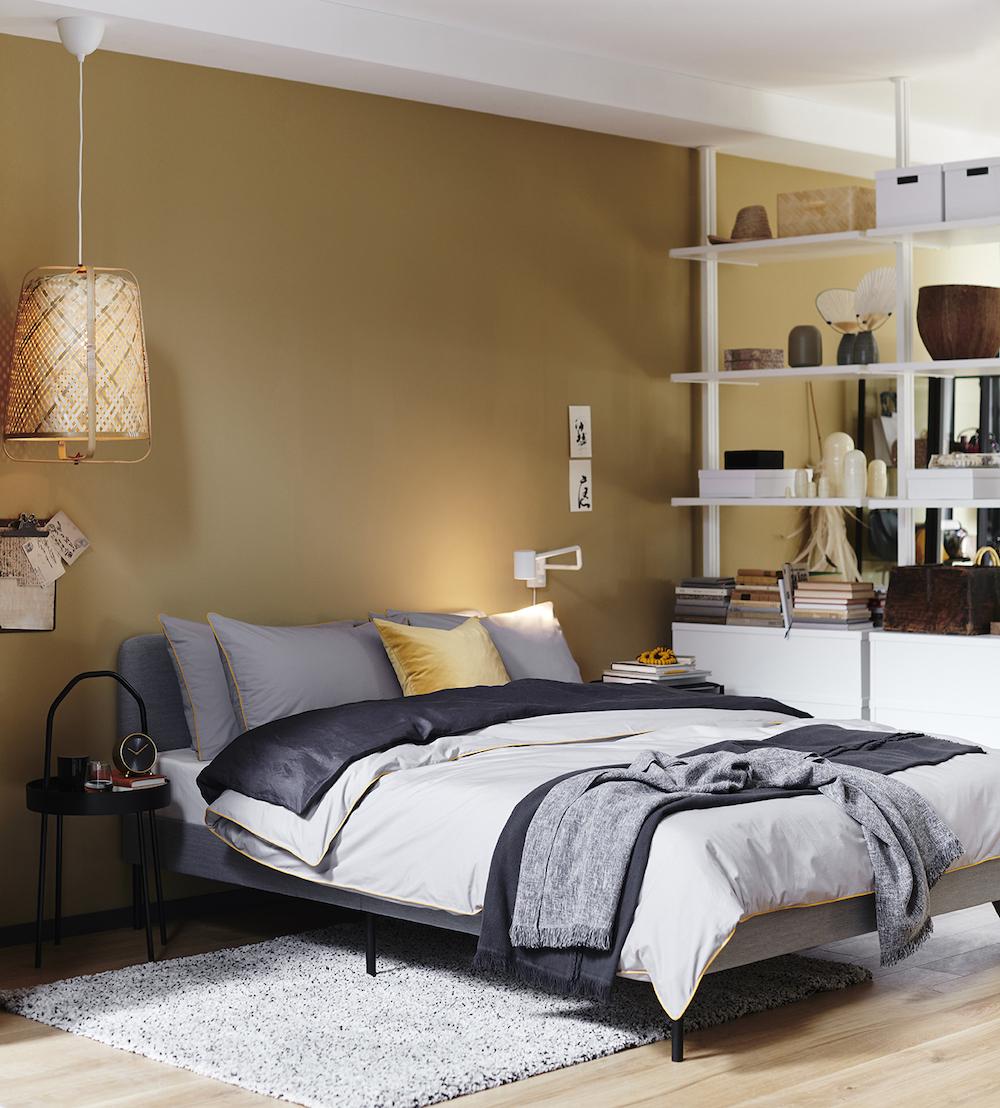 Nuevo catálogo IKEA 2020. Dormitorio con paredes en color ocre