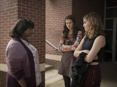 Octavia Spencer talks to Diana Silvers and McKaley Miller outside their high school in the 2019 movie Ma