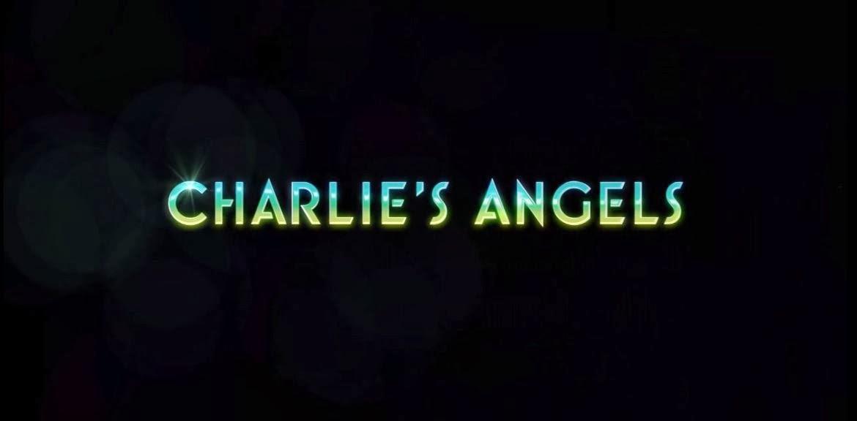 Créditos iniciales con el texto: Charlie's Angels