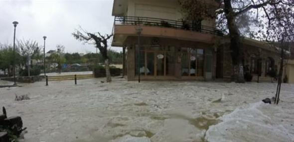 Οι δρόμοι έγιναν ποτάμια… πάγου σε χωριό της Κρήτης – ΦΩΤΟ – ΒΙΝΤΕΟ