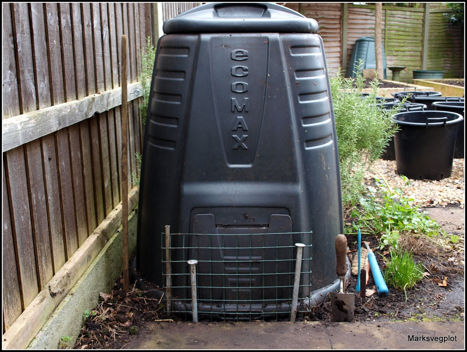 the wire grille contrivance is a way of stopping animals from unpacking the bin via that useless little door if i donu0027t barricade it in this way
