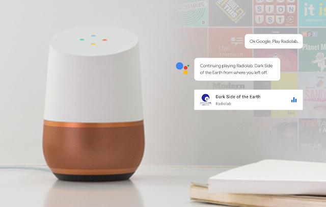 Ein Google Home auf einem Tisch