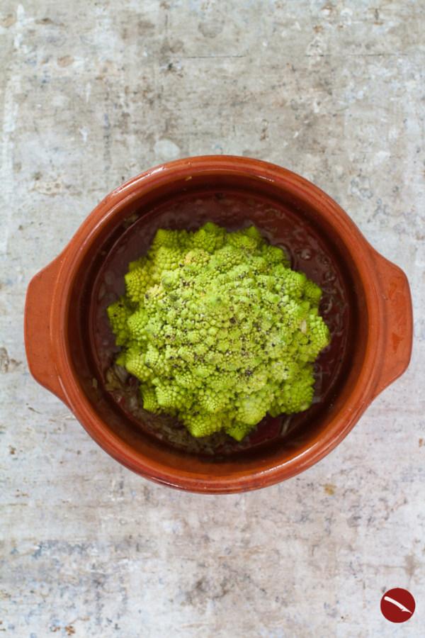 Rezept für Romanesco {grüner Blumenkohl im Ganzen im Ofen gebacken} mit Koriander-Pistazien-Pesto #vegetarisch #rezepte #vegan #auflauf #ofen #nudeln #beilage #lowcarb #blumenkohl #suppe #salat #fisch #kochen #gemüse #koriander #pesto #walnuss #cashew #zitrone #olivenöl #backofen #einfach #nytimes #erdnuss #pasta #italieniesche_rezepte