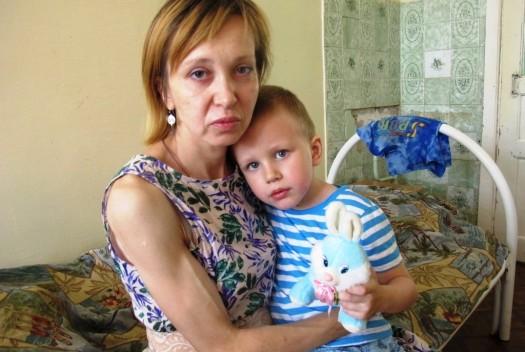 Парни бесплатно отремонтировали квартиру матери-одиночки, чтобы той вернули ребенка! Видео!