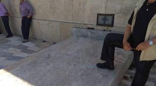 Κομπολόι, μαγκιά και το πόδι πάνω στον κενό τάφο του Άγνωστου Στρατιώτη