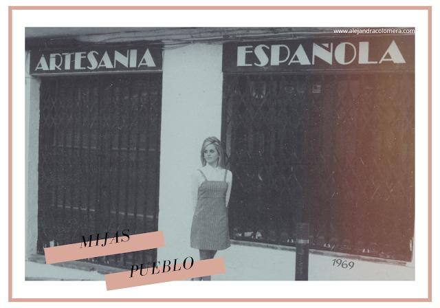 Alejandra Colomera caracterizada de los años 60 en una fotografía en blanco y negro en la puerta de un negocio de Artesanía española