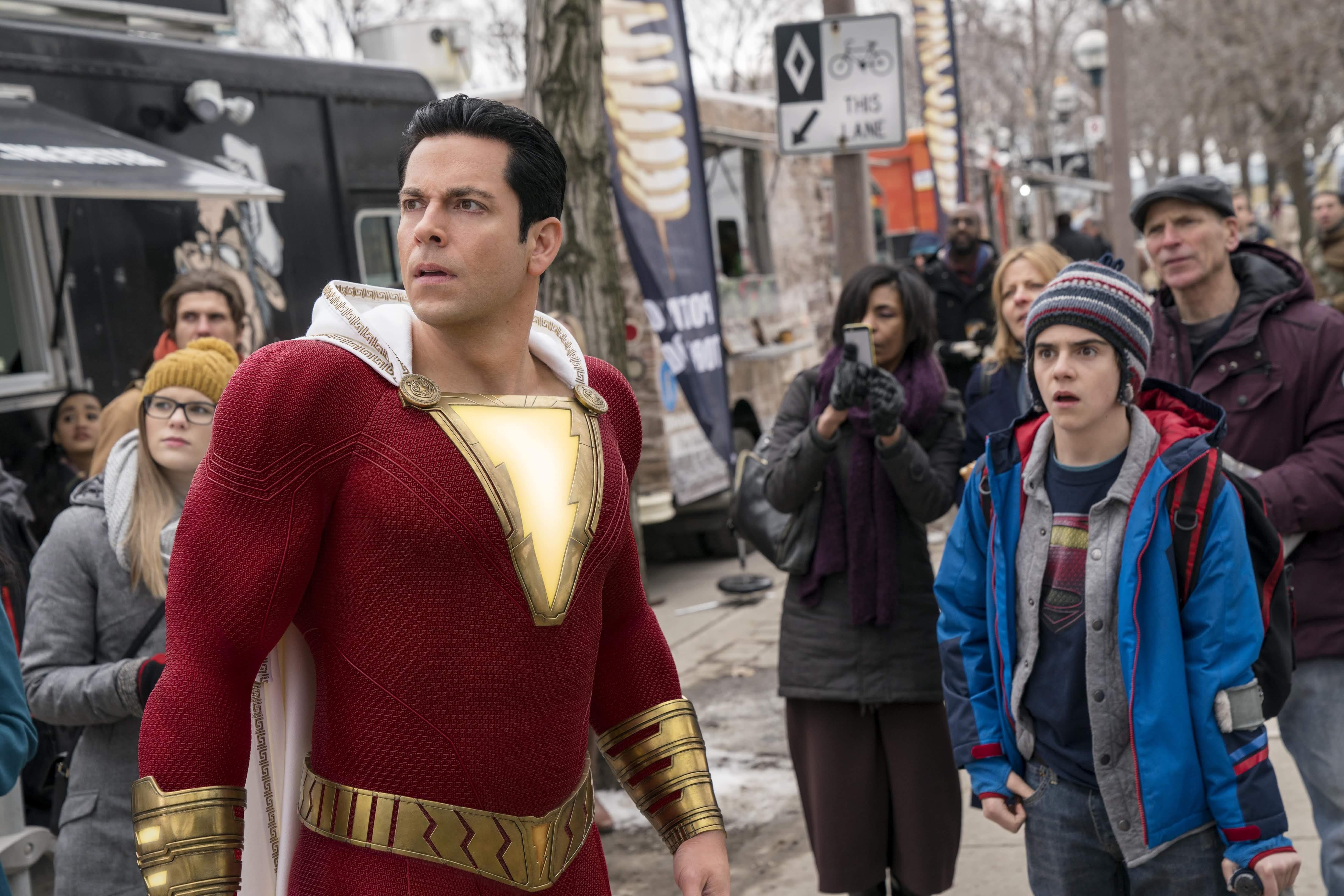 Shazam : 本当は少年だけにテキトーなヒーローの成長と活躍を描いたDC ユニバースのコメディ映画「シャザム」の新しい予告編 ! !