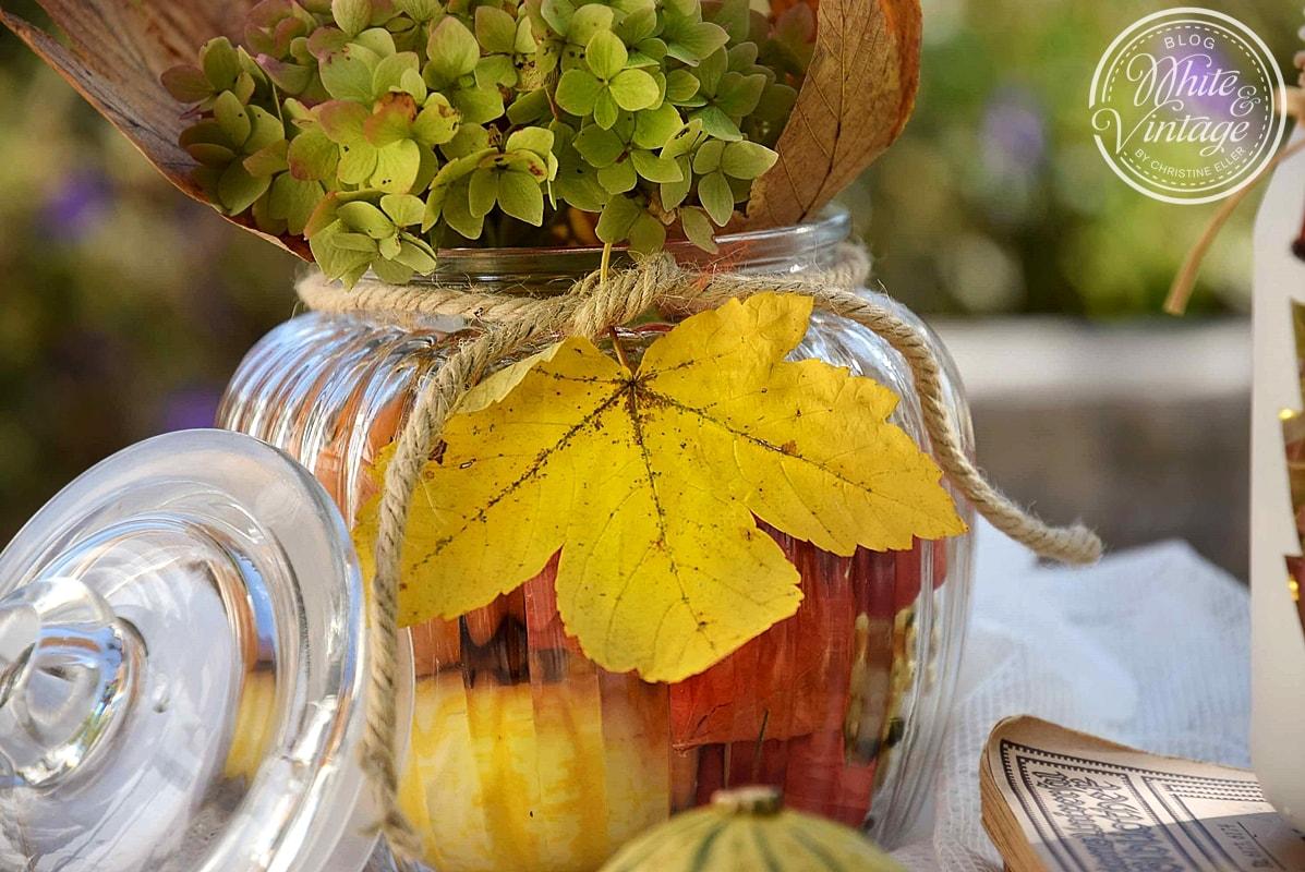 Herbstdekoration mit Naturmaterialien