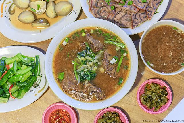 MG 5378 - 吳家莊頂級牛肉麵,永興街人氣牛肉麵,表面鋪著滿滿的牛腱,幾乎看不到底下的麵!