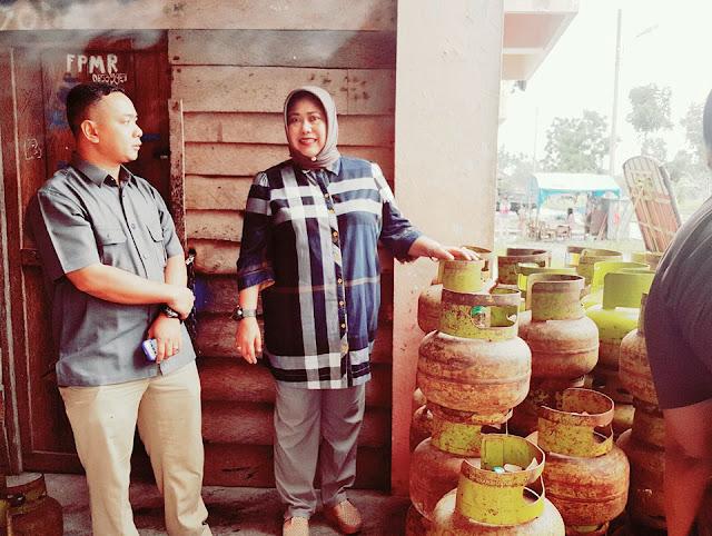 Kabag Ekonomi Pemko Tanjungbalai Darul Yana saat memantau pangkalan dan agen elpiji.