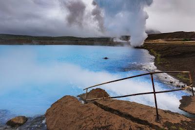 Agua azul turquesa de los baños naturales de Myvatn