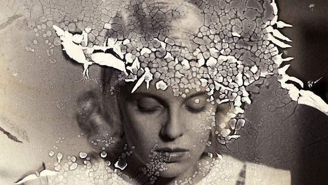 Nuori vaaleahiuksinen nainen katsoo alaviistoon