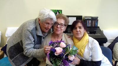 Victòria, Maite i Teresa amb un ram de flors