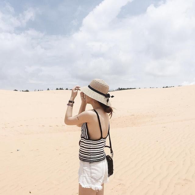 """Mũi Né, hay còn gọi đồi cát bay, là địa điểm du lịch nổi tiếng của Bình Thuận với diện tích vùng sa mạc hóa khá rộng lớn. Tại đây, cồn cát Bàu Trắng là nơi hấp dẫn du khách lui tới nhất. Gió thổi liên tục khiến địa hình của những đồi cát """"thiên biến vạn hóa"""" theo thời gian."""