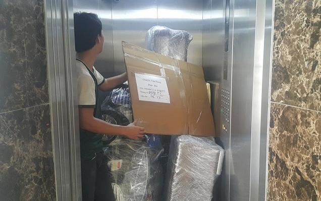 chuyển đồ bằng thang máy