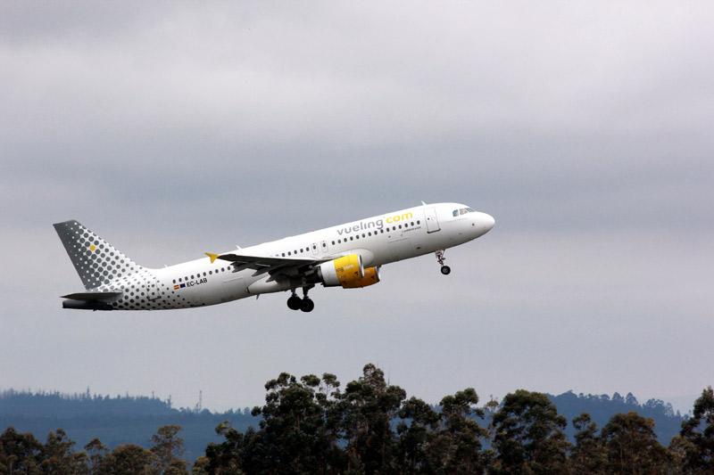 Aereo Vueling decollando dall'Aeroporto di Santiago de Compostela