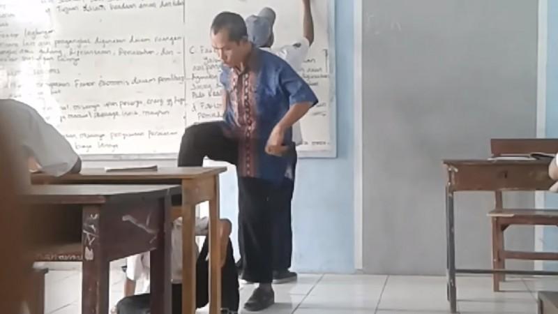Guru tendang kepala siswa dalam kelas
