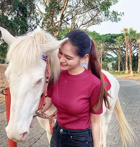 Indah Nicole dan Kuda