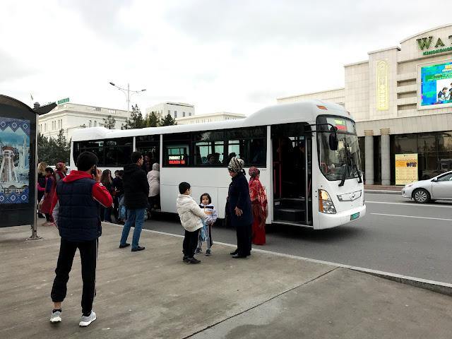 トルクメニスタンの首都アシュガバードの白色車体のバス