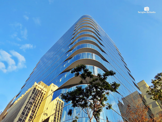 Perspectiva inferior da fachada de esquina do Edifício Grande Ufficiale Evaristo Comolatti - Cerqueira César - São Paulo