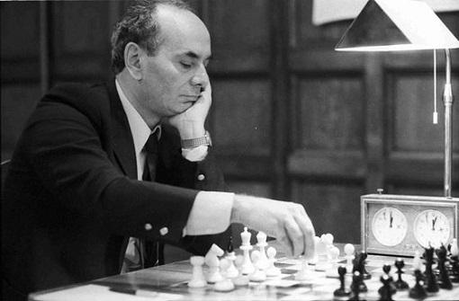 Lajos Portisch, un joueur d'échecs hongrois né en 1937 à Zalaegerszeg (Hongrie)