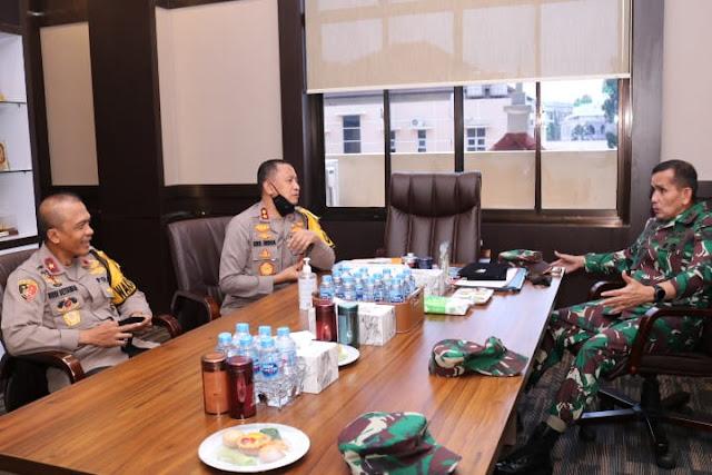 Palembang - majalahglobal.com : Kapolda sumsel Irjen Pol Prof. Dr. Eko Indra Heri S., MM melaksanakan acara pelepasan Mayjen TNI Irwan, SIP, M.Hum yang akan bertugas ditempat yang baru sebagai Pa Ahli Tk. III Kasad Bid. Ekkudag, di depan Gedung Promoter Polda Sumsel, Kamis (30/07).  Penyerahan jabatan Pangdam II Sriwijaya yang sebelumnya dijabat oleh Mayjen TNI Irwan, SIP, M.Hum kepada Mayjen TNI Agus Suhardi yang Sebelumnya menjabat sebagai Staf Khusus Kasad.  Acara pelepasan ini sebagai bentuk penghormatan dan penghargaan Polda Sumsel kepada Mayjen TNI Irwan, SIP, M.hum yang selama ini telah memiliki dedikasi dan kinerja yang baik dalam memimpin Kodam II Sriwijaya untuk bersinergi dengan Polda Sumsel membangun serta memajukan Propinsi sumsel terutama dalam menjaga stabilitas keamanan dan ketertiban masyarakat di wilayah sumsel.  Kapolda mengatakan inilah bentuk kerjasama, kekompakan dan sinergitas TNI Polri yang selama ini sudah terjalin dengan sangat baik, Kapolda tidak lupa mengucapkan selamat bertugas ditempat yang baru untuk Mayjen TNI Irwan, SIP, M.Hum semoga selalu sukses dalam melaksanakan tugas kedepannya. Jangan pernah lupakan kebersamaan yang sudah terjalin selama ini. Terimakasih atas semua dedikasi yang terbaik untuk sumsel, kami tidak akan pernah melupakanmu. Sumsel bangga pernah menjadi bagian dari perjalanan karir sang jenderal  yang terkenal tegas, ramah dan merangkul seluruh personilnya, imbuhnya.(Tri Sutrisno)