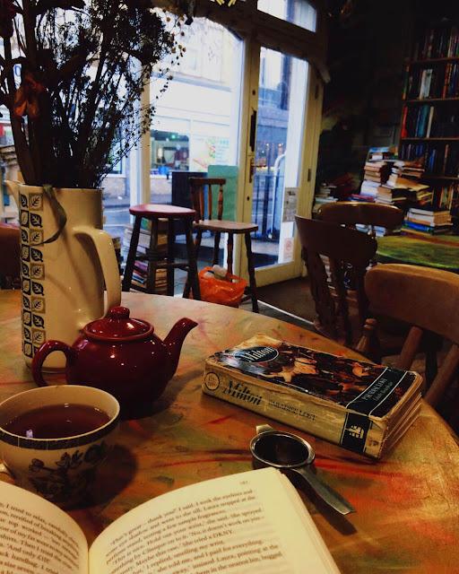 Η τέλεια καφετέρια για διάβασμα... κάπου στην Ευρώπη, υποθέτω (άγνωστη η πηγή) /The perfect reading spot