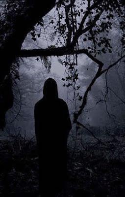 Σκοτεινή φιγούρα σε δάσος / Dark figure in a forest