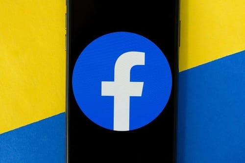 Facebook is testing dark mode for iOS and Android. Here's how to try
