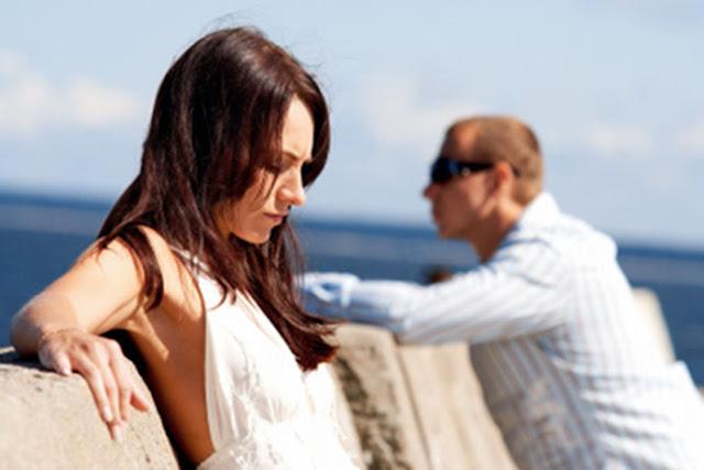 mujer apoyado en la pared pensando si se puede volver con un ex