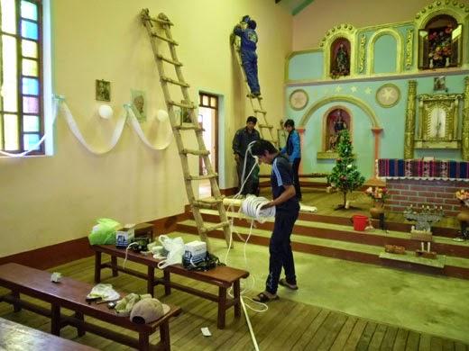 500 Watt Leuchter werden in der Kirche montiert