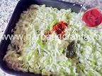 Varza calita amestecata cu pasta de tomate in tava - preparare reteta rata la cuptor