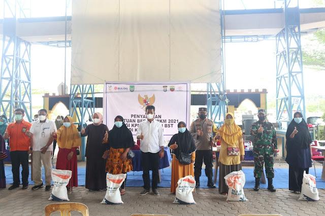 Walikota Batam Hadiri Penyaluran Bantuan Beras PPKM di Kecamatan Sagulung