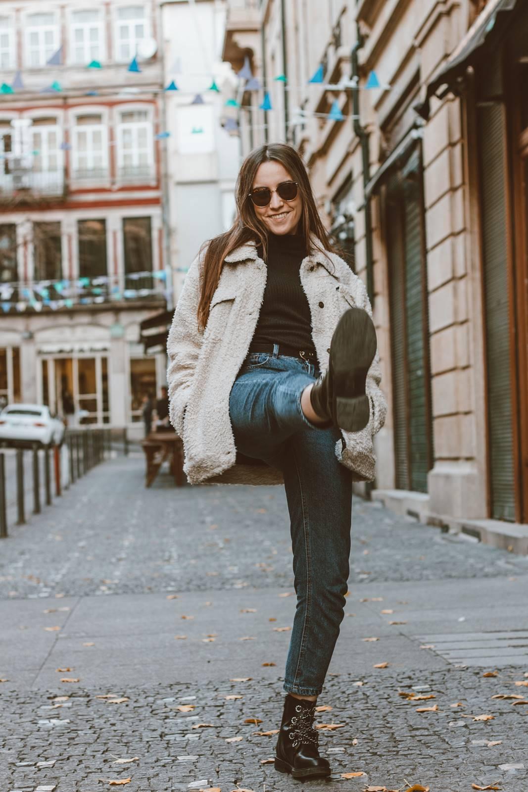 look mom jeans botas militar casaco teddy