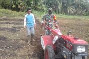 Babinsa di Sultan Daulat Bantu Petani Bajak Lahan