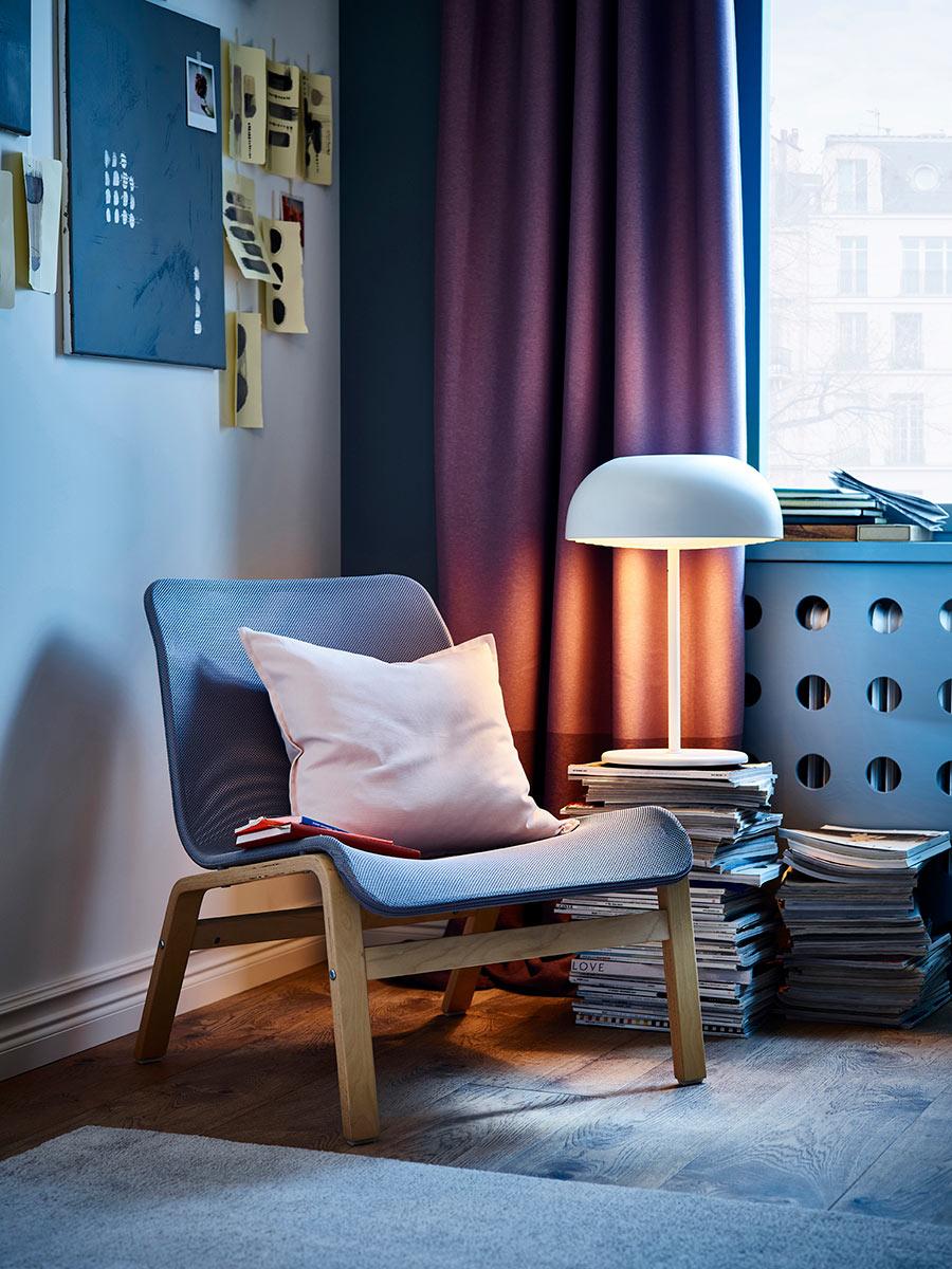 catálogo ikea 2020 dormitorio juvenil sillón gris y cojín rosa