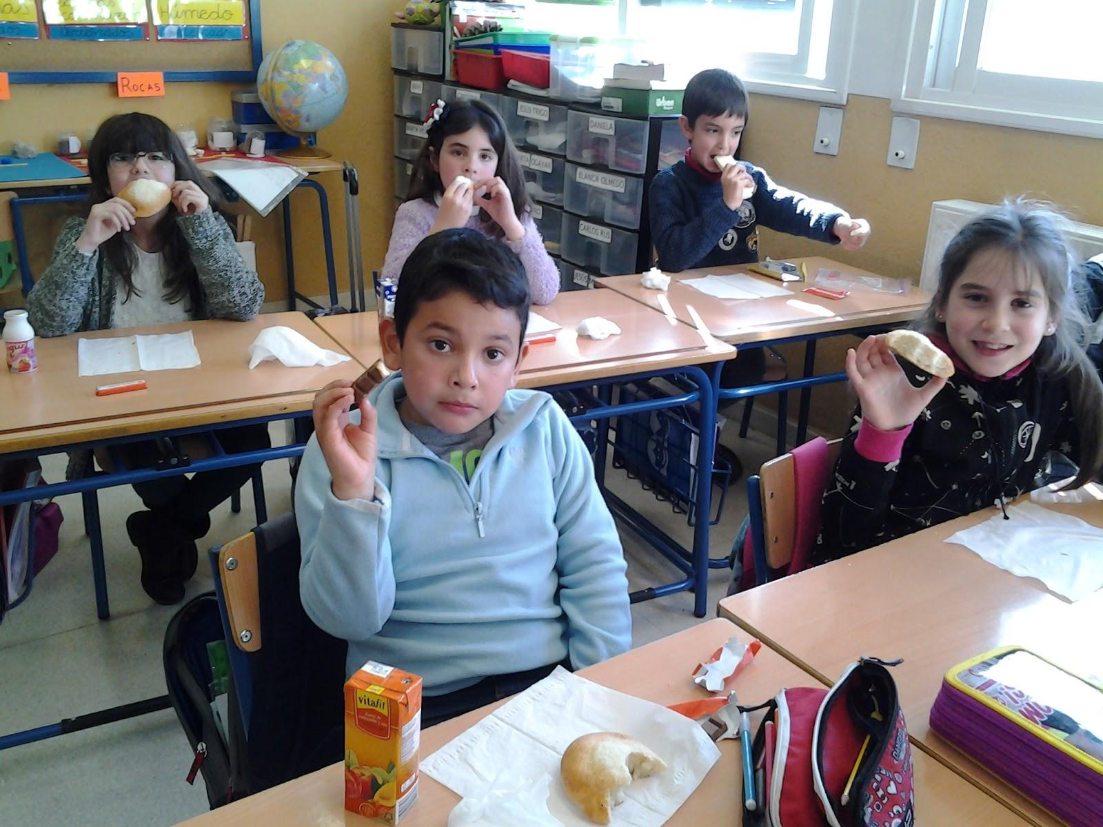Amanda y luna ayudan a un compañero de clase 5