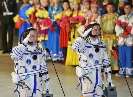 China lanza con éxito otra misión tripulada al espacio