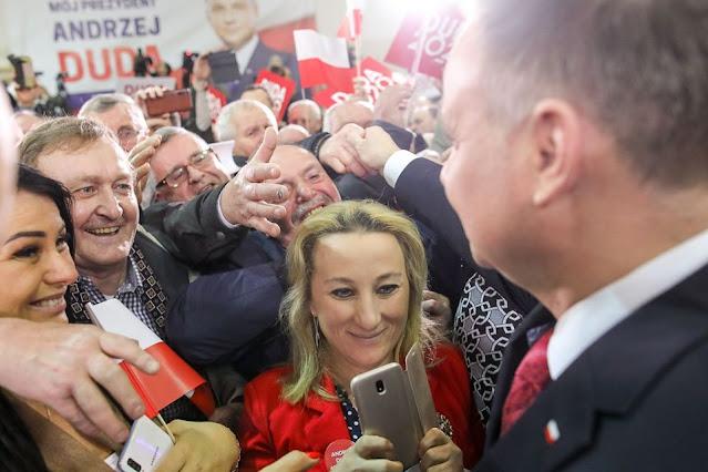 Andrzej Duda wita sie z tłumem jego zwolenników