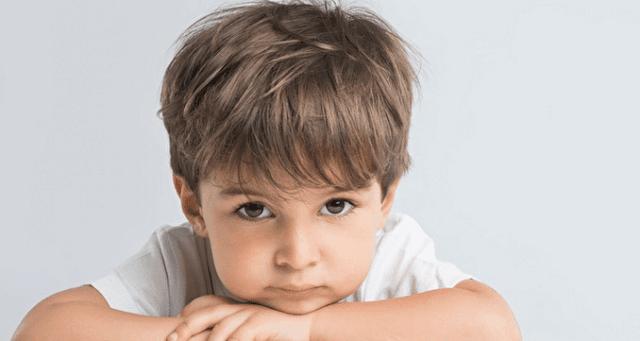 ما سبب تأخر النطق عند الأطفال الصغار