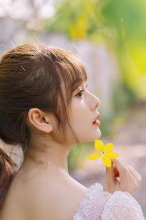 Nữ sinh Học viện Tài chính xinh như búp bê dưới dàn hoa vàng rực