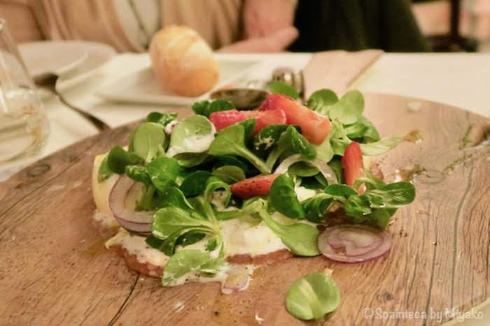 マドリードのマラサニャ地区カフェのブラタチーズ・サラダ