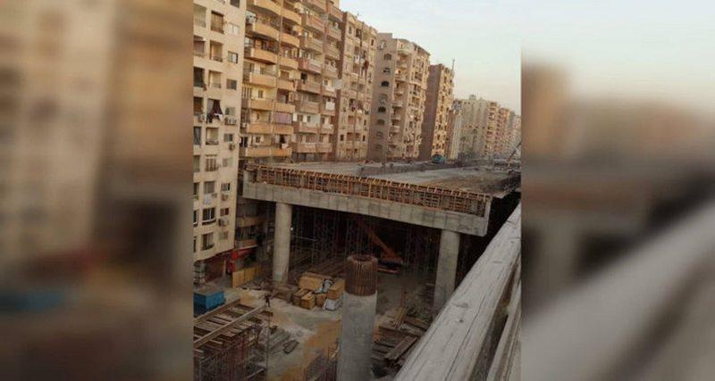 en Egipto autopista bloquea una cuadra de edificios