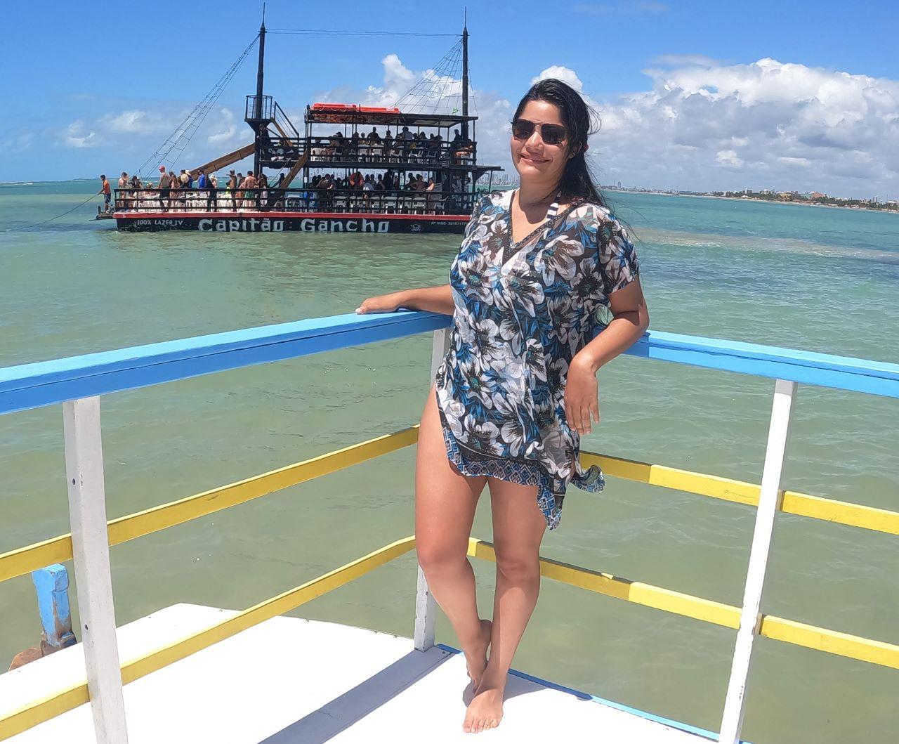 mulher jovem em praia paradisiaca