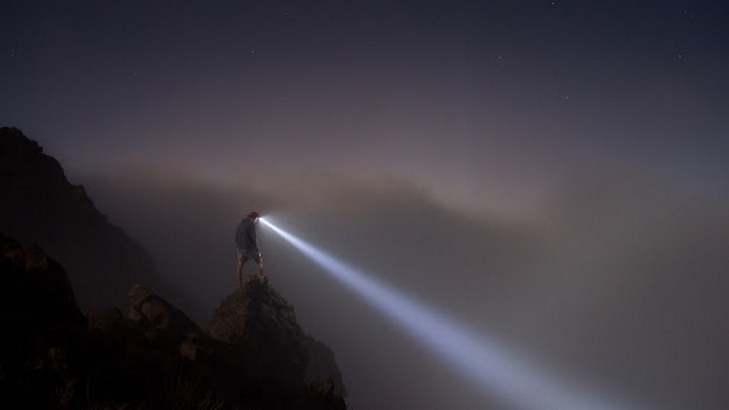 туристический налобный фонарь для похода мощный