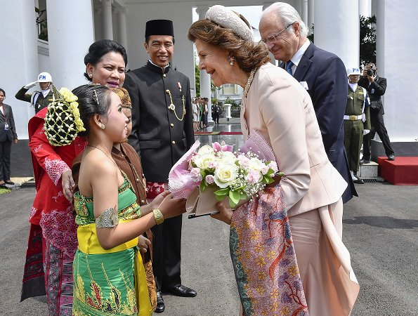 King Carl Gustav and Queen Silvia of Sweden met with Indonesian President Joko Widodo and his wife Iriana in Bogor, Indonesia