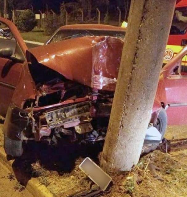 Duas pessoas ficam feridas após carro colidir em poste