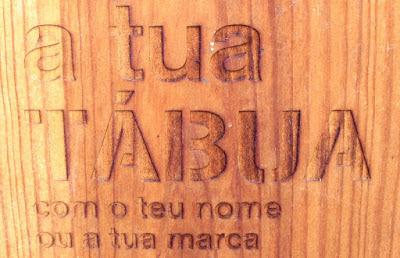 uma tábua gravada com a frase a tua tábuca com o teu nome ou a tua marca
