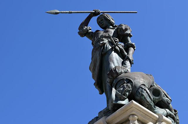 monumento en honor a la heroína María Pita