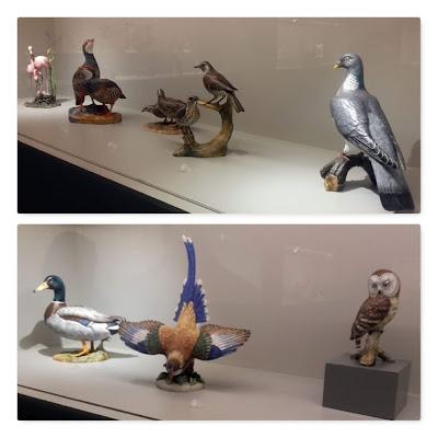 várias peças de cerâmica expostas no Museu da Vista Alegre